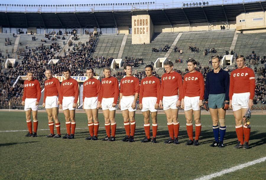 Tim sepak bola nasional Uni Soviet pada 1966, Streltsov di urutan kedua dari kiri.