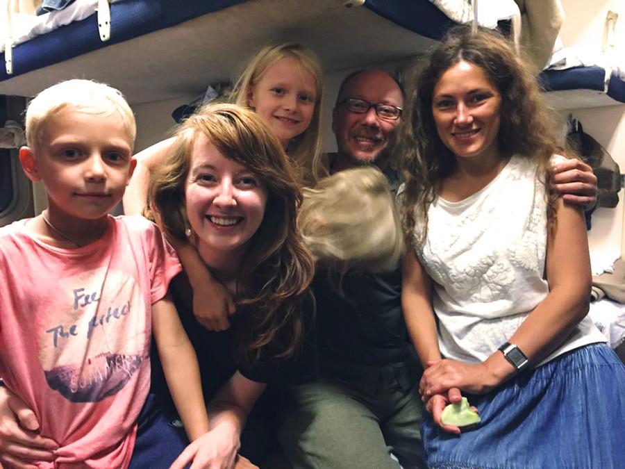 Virginia Robinson (kedua dari kiri) di perjalanan Kereta Trans-Siberia.