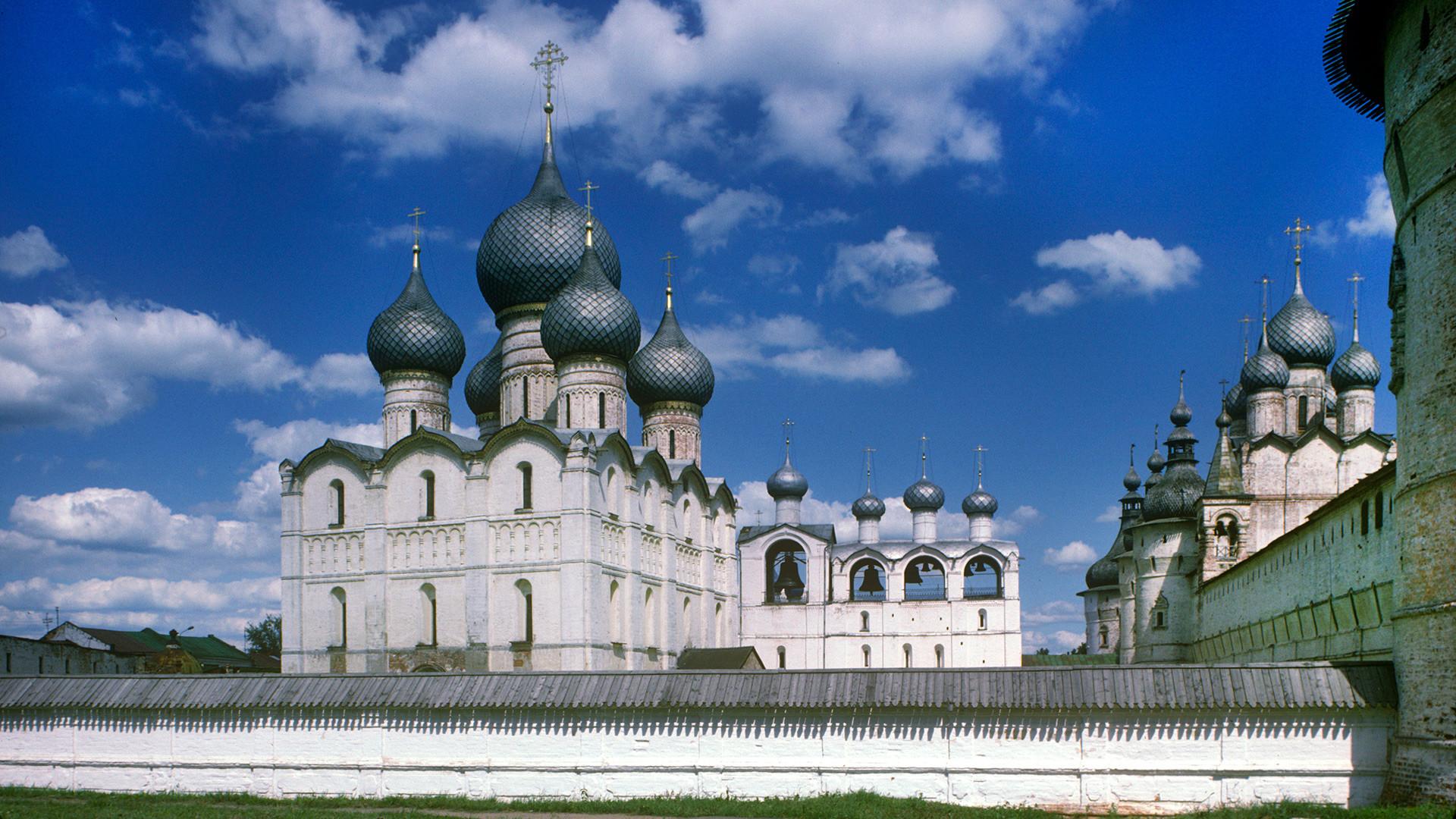 ロストフのクレムリン、西の城壁。左側より、ウスペンスキー聖堂、鐘楼、北側の城壁と塔および復活教会(北門の上方)。以上は西側の景観。1995年6月28日。