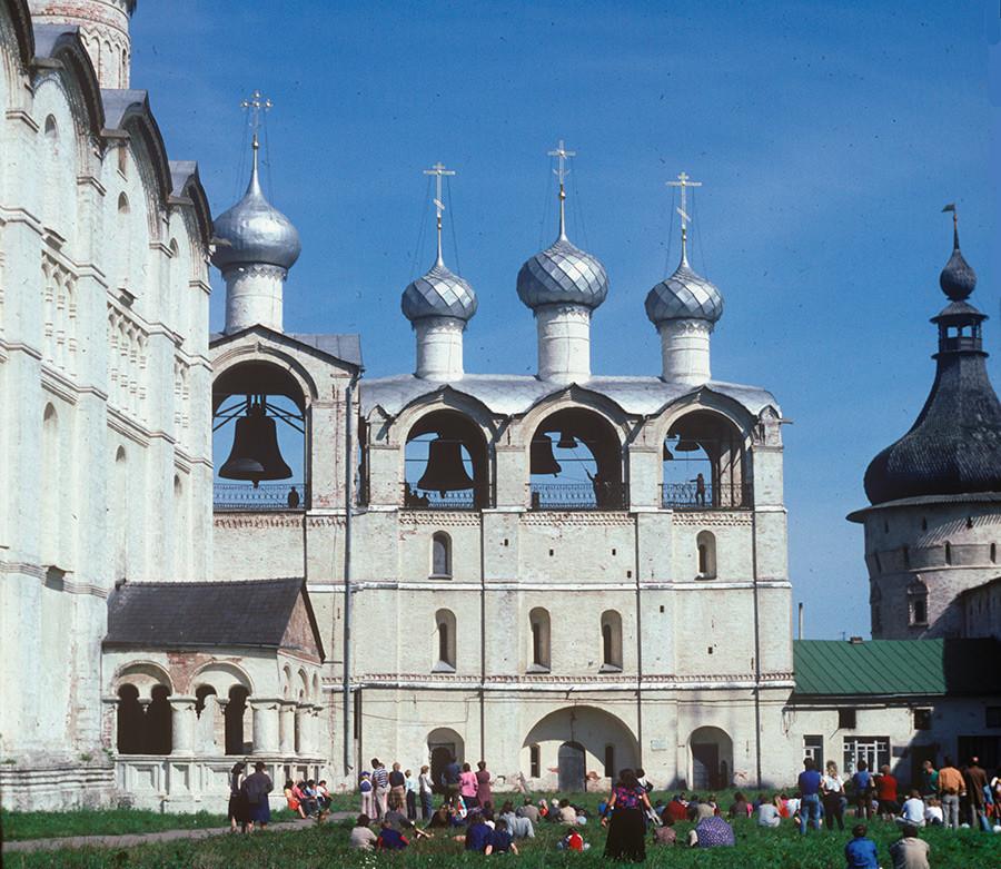 ウスペンスキー聖堂(南のファサード)と鐘楼。西側の景観。1988年8月21日。