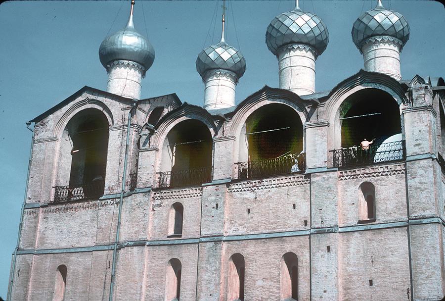 ウスペンスキー聖堂の鐘楼、上階、鐘が鳴っている。1988年8月21日。