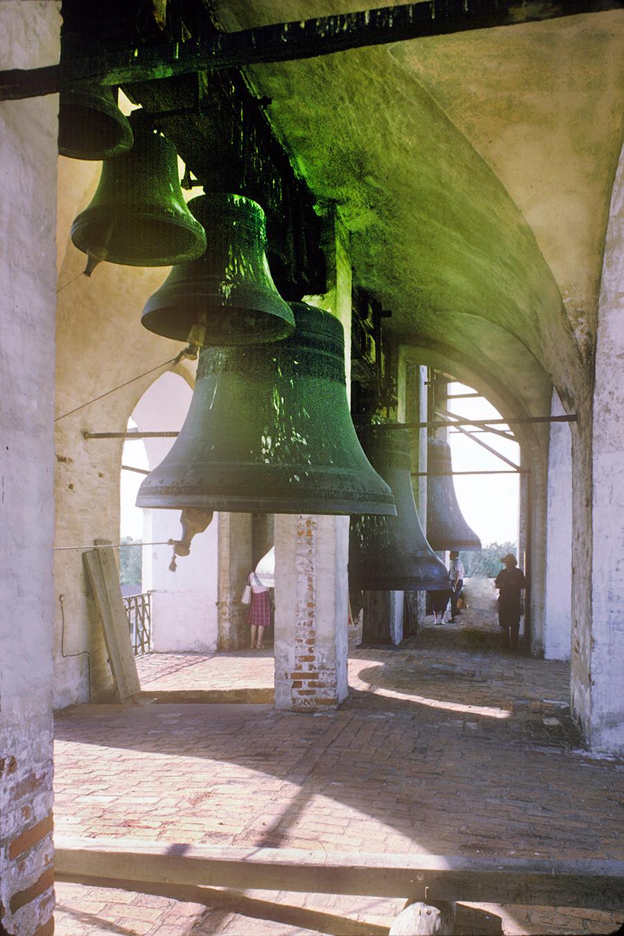 ウスペンスキー聖堂の鐘楼、上階。鐘の「白鳥」と「ポリエレオス」と「シソイ」。1995年6月28日。