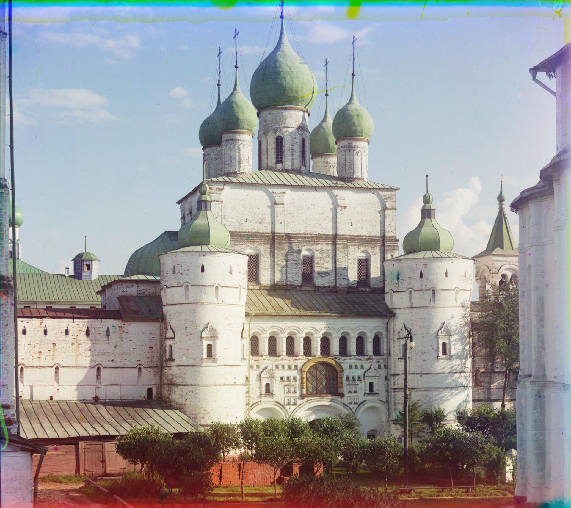 復活教会(北門の上方)。北の景観。右側はウスペンスキー聖堂の後陣。1911年夏。
