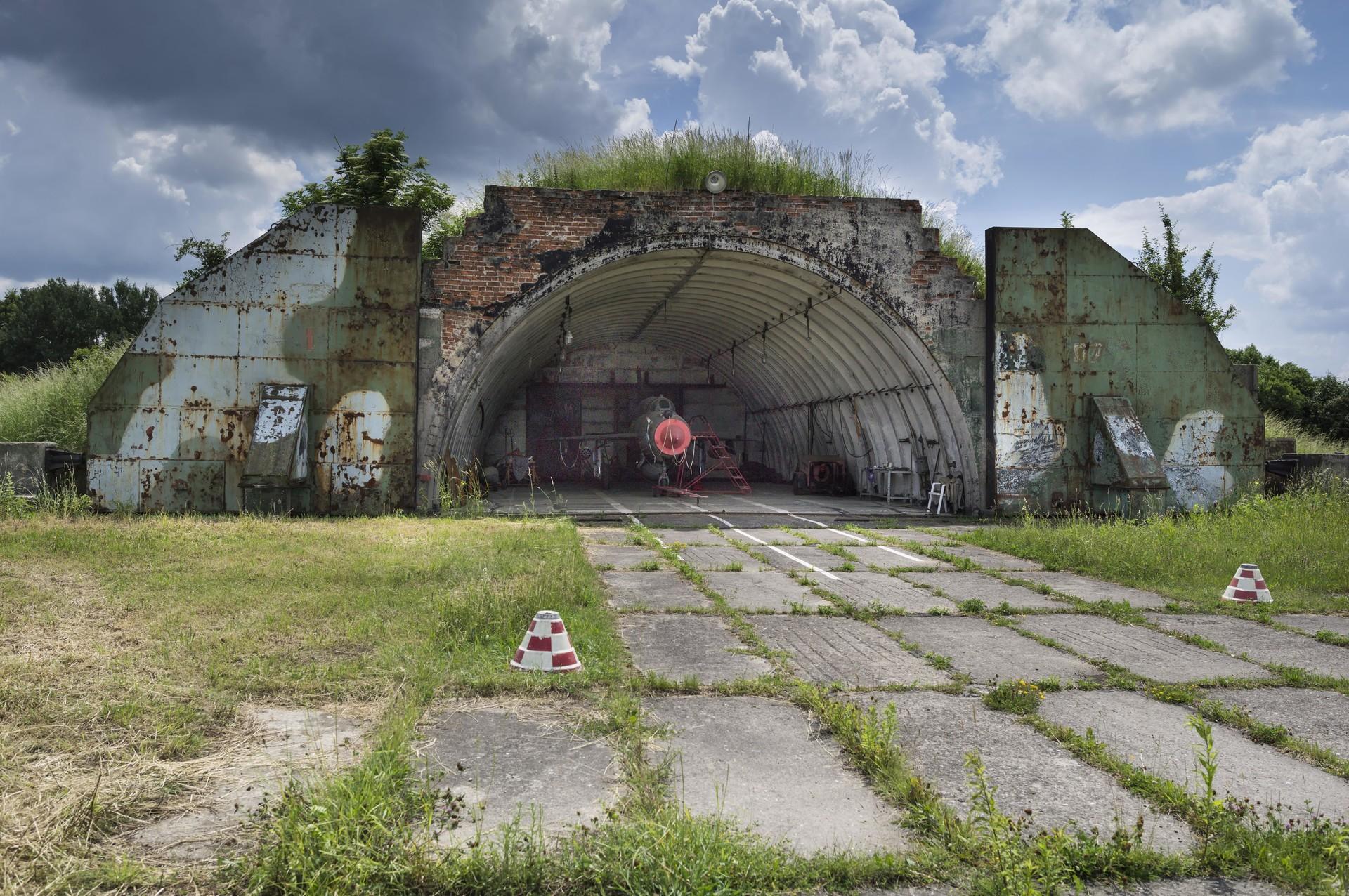 Opuščen sovjetski hangar z letalom MiG-21, Nobitz, Altenburg, Turingija, Nemčija