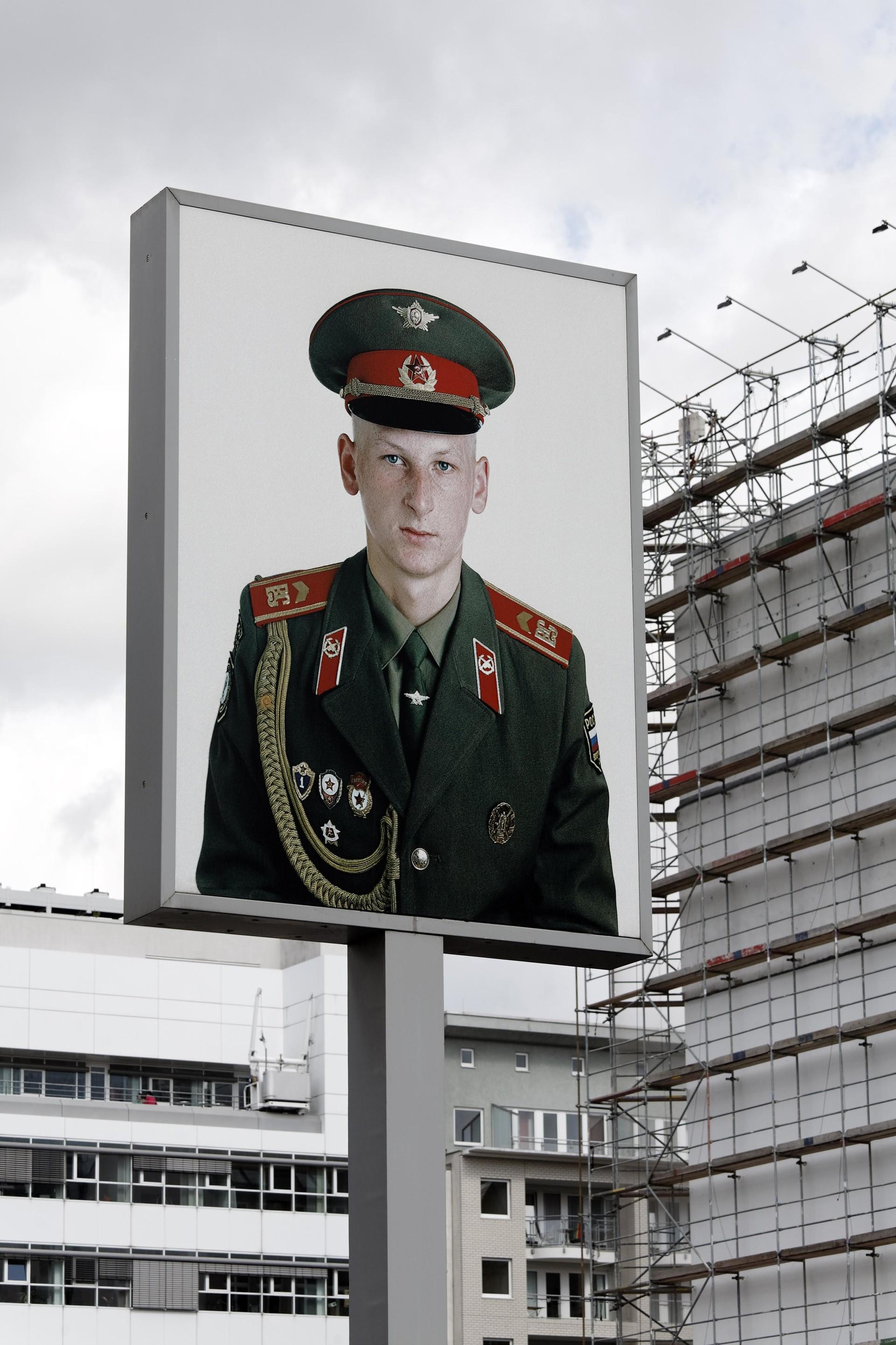 Podoba sovjetskega vojaka pri Checkpoint Charlie, nekdanji kontrolni točki med Zahodnim in Vzhodnim Berlinom