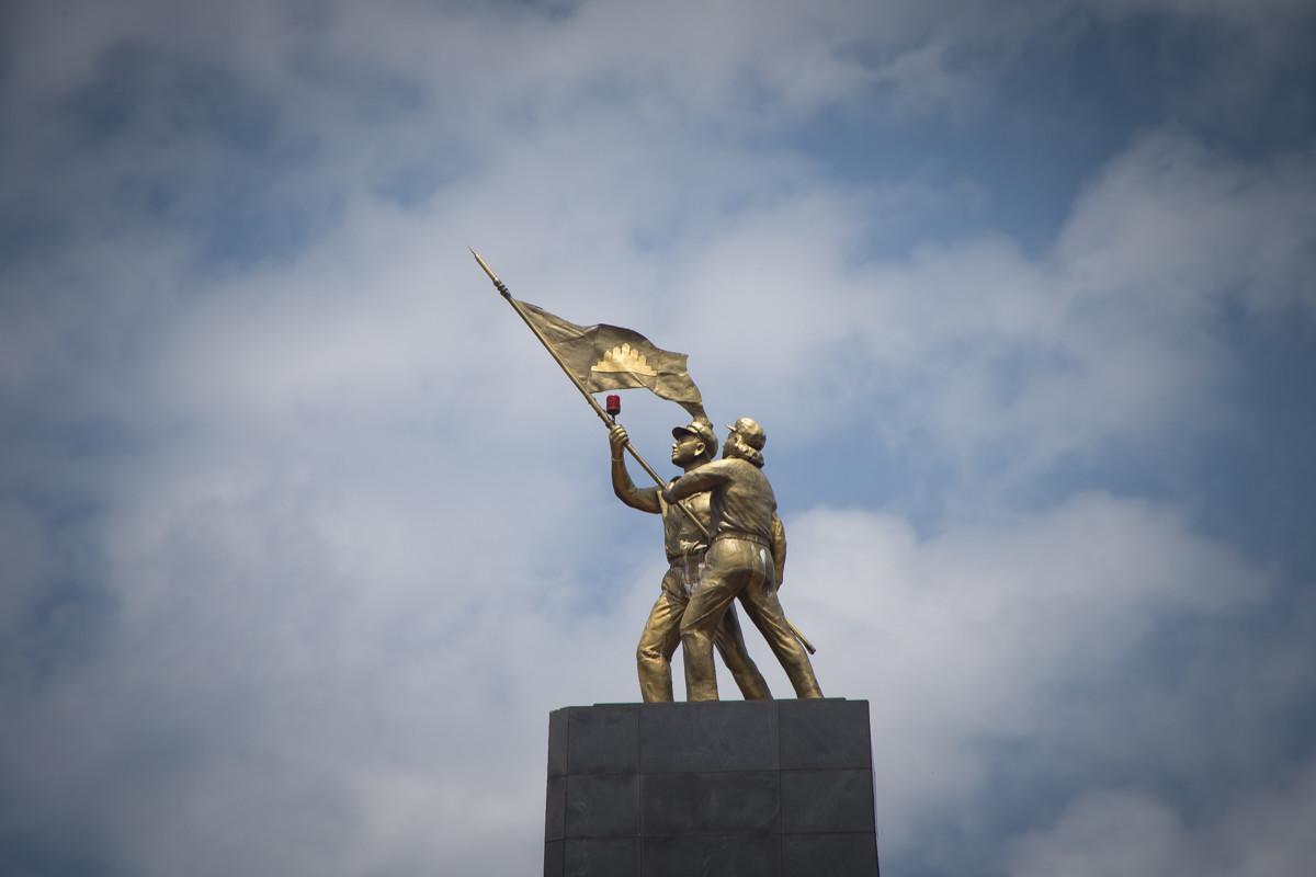 Spomenik v čast kamboški Solidarnostni fronti, ki je tudi s sovjetsko podporo strmoglavila Rdeče Kmere z oblasti, okrožje Snuol, provinca Katie, Kambodža, 2015.