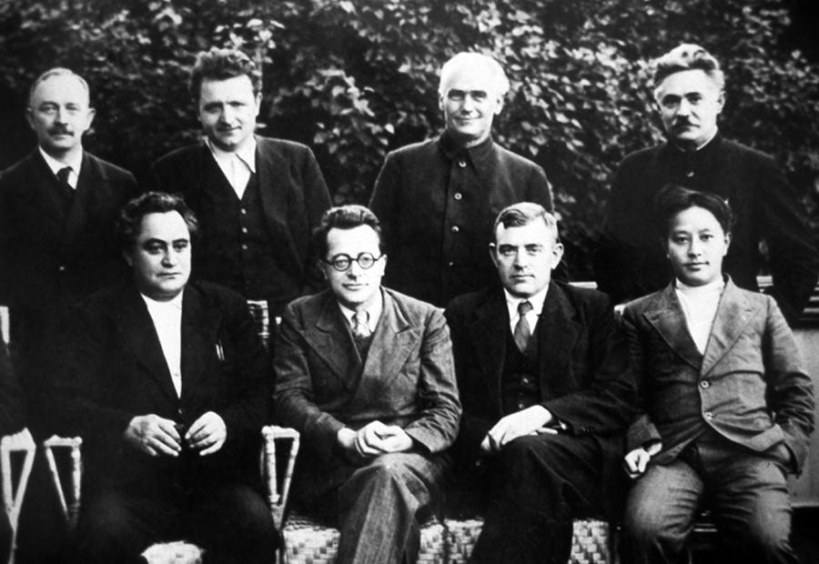 Comité Ejecutivo de la Internacional Comunista (Comintern) en 1935: Otto Wille Kuusinen, Klement Gottwald, Wilhelm Pieck, Dmitri Manuilski (de izquierda a derecha, de pie), Gueorgui Dimítrov, Palmiro Togliatti, Wilhelm Florin y Wang Ming (de izquierda a derecha, sentados).