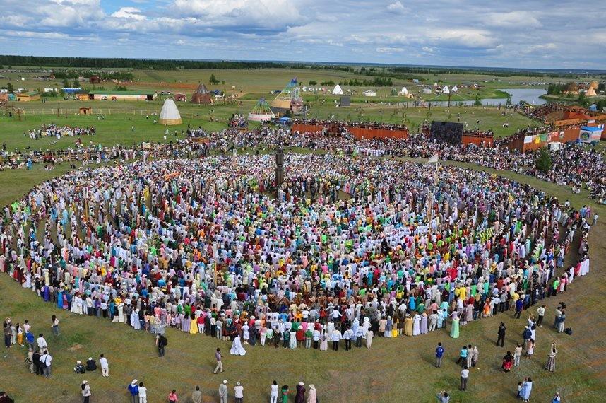 Osuohaj - združitev ljudi in simbol življenjskega kroga. Zbor ljudi počasi pleše v smeri gibanja sonca. Nekoč so plesali do jutra, udeleženci so se vmes menjavali. Tisti, ki so prišli v krog na novo, pa so simbolično prejeli energijo za vse leto.