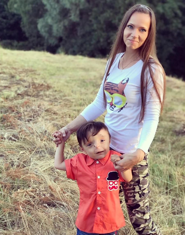 Nika e o filho, Rustam.