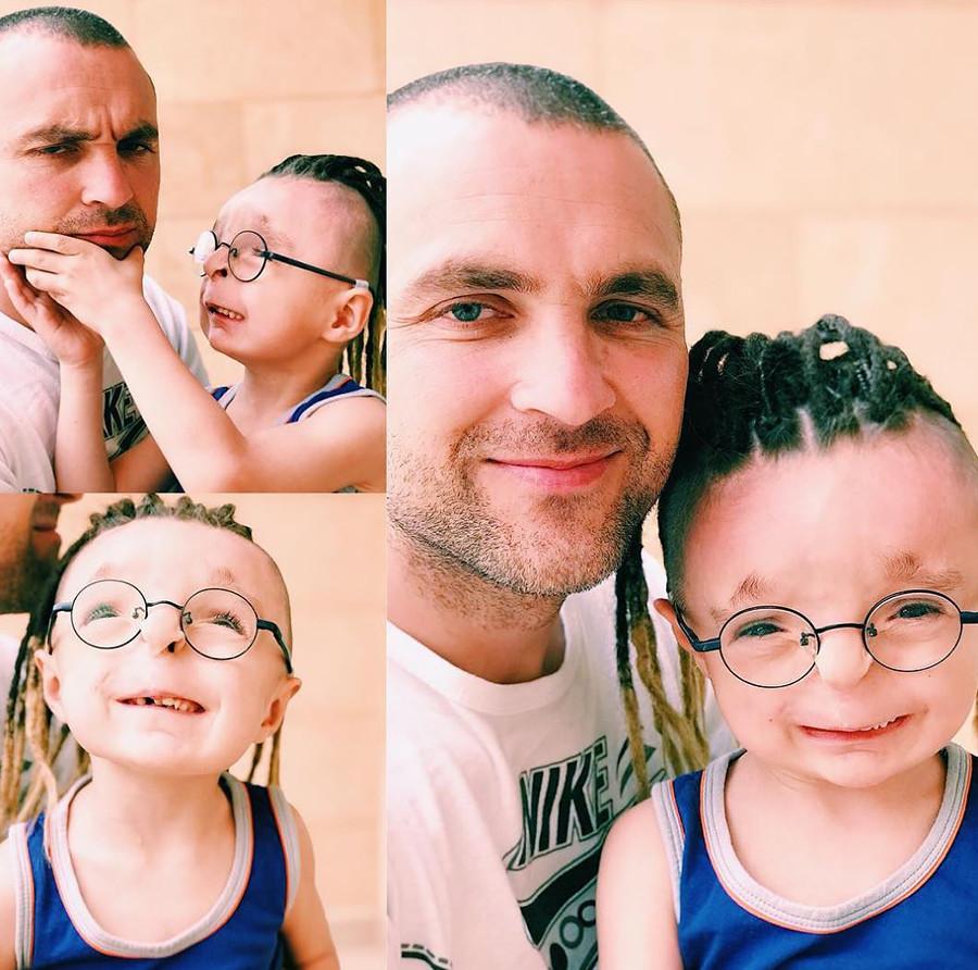 Rustam ensina o pai a sorrir :)