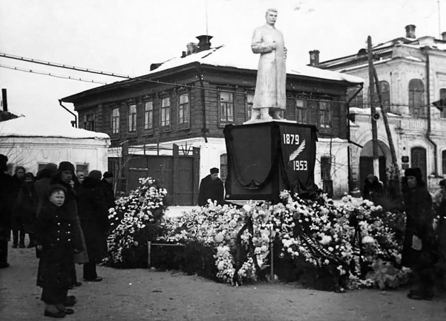 Поред споменика Јосифу Стаљину на тргу. Фотографија направљена 1953. године.