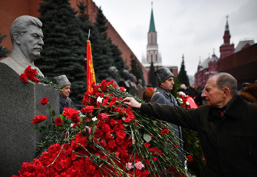 Полагање цвећа на гроб Јосифа Стаљина испред зидина Кремља поводом 138. годишњице његовог рођења.