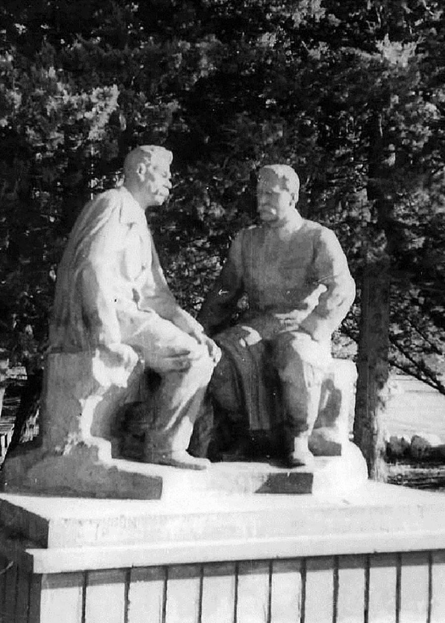 スターリンとマクシム・ゴーリキー像