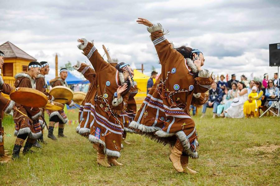 Danza tradicional yakuta durante una celebración Ysyakh.