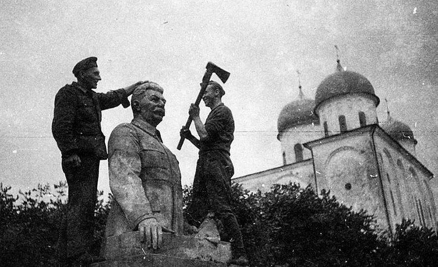 Vojnici Wehrmachta ruše Staljinov spomenik u Velikom Novgorodu. Jurjev manastir (u pozadini Katedrala svetog Jurja), 1941.