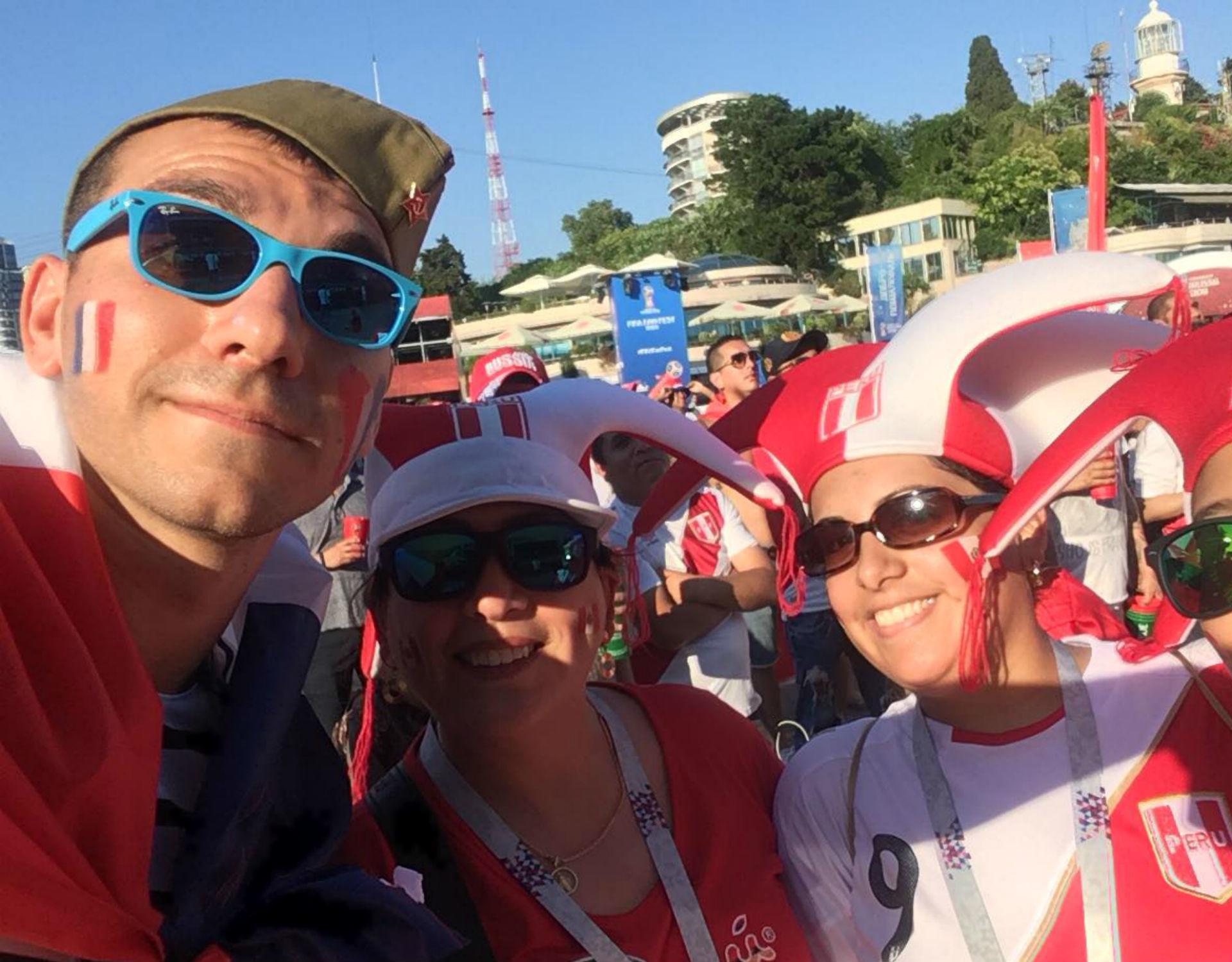 Ryan posant aux côtés de supportrices péruviennes.