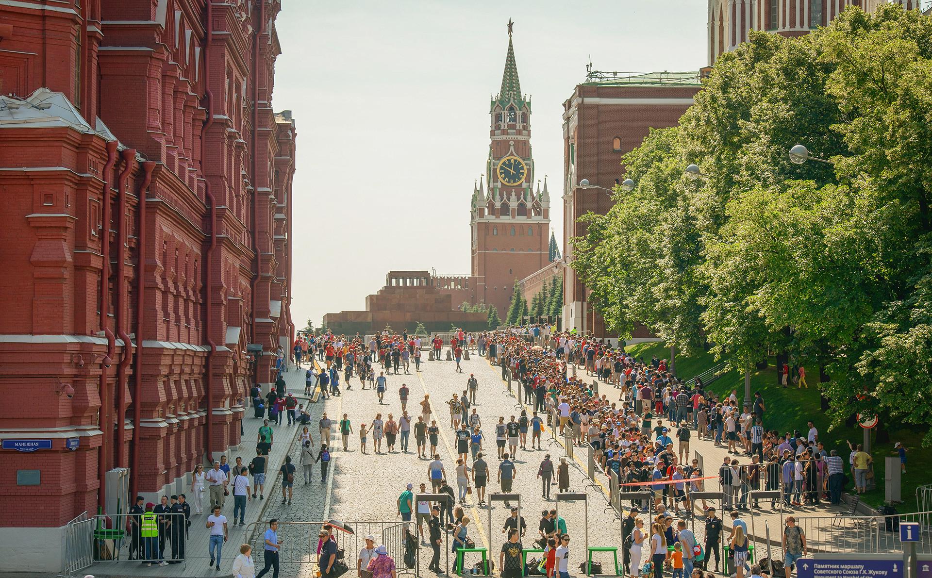 Навивачите на Мундијалот чекаат ред  пред мавзолејот на Ленин на Црвениот плоштад во Москва.