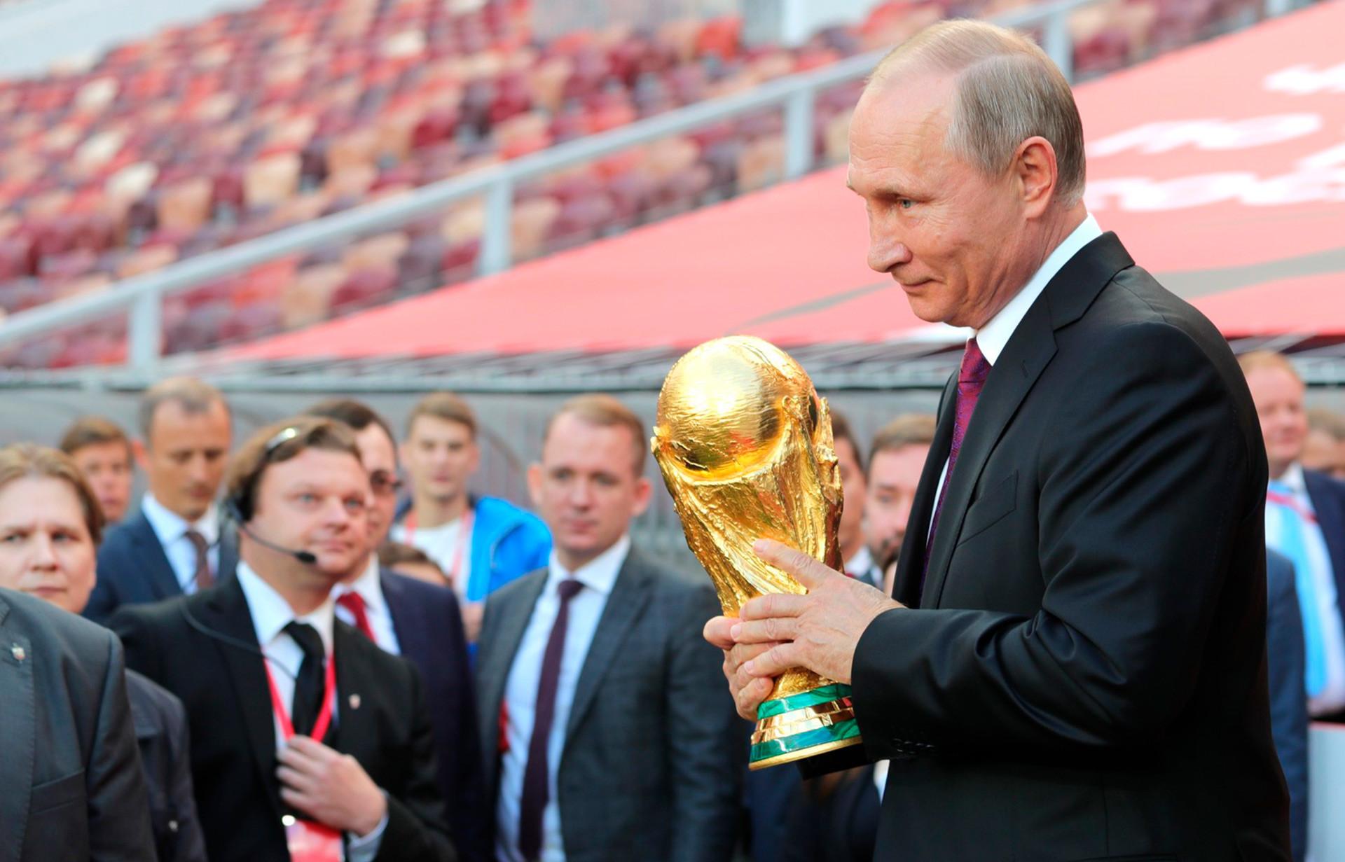 Путин со пехарот на Светското првенство во фудбал.