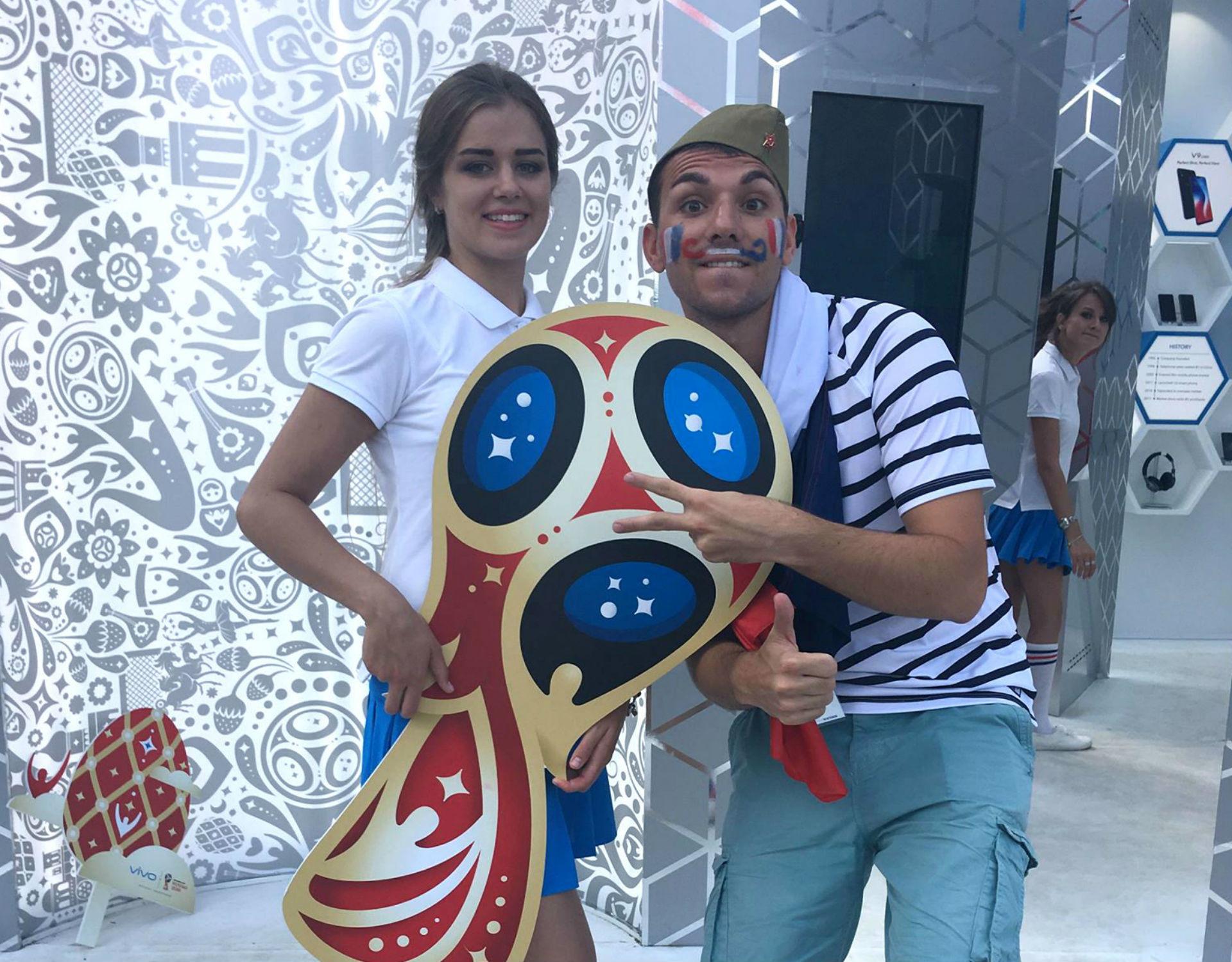 Photo souvenir avec le symbole de la Coupe du Monde.