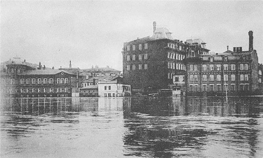 Die Einem-Schokoladenfabrik an der Bersenewskaja-Uferstraße