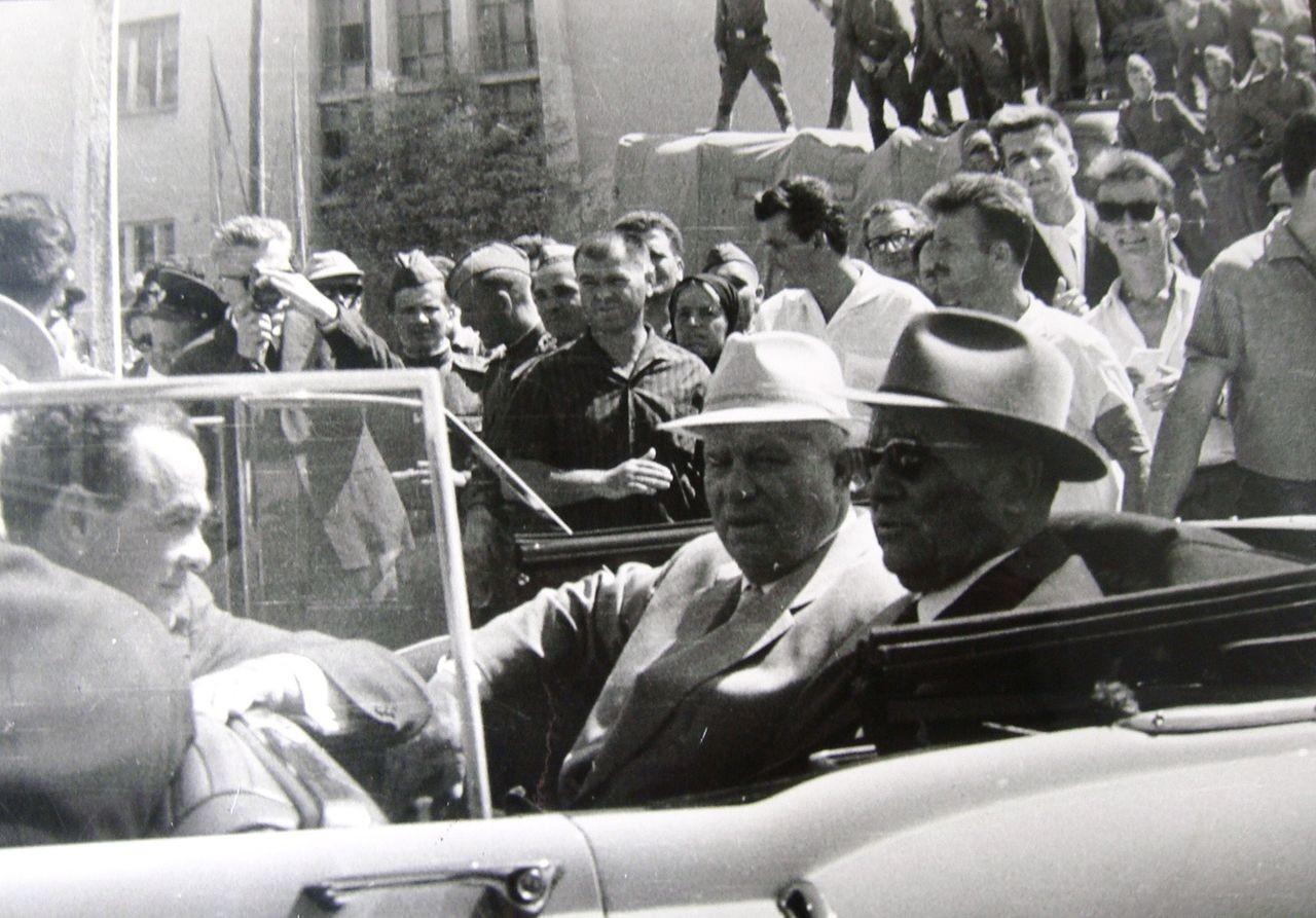 Josip Broz Tito in Nikita Hruščov v Skopju (SR Makedonija) leta 1963.