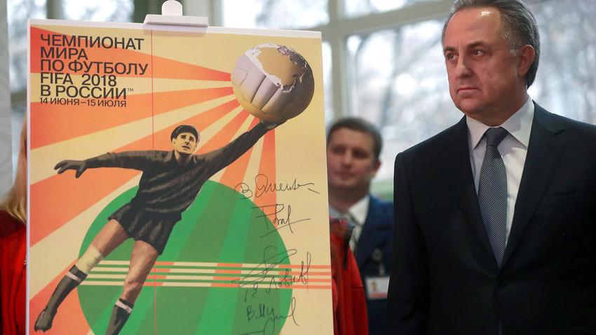 Vitaly Mutko, Wakil Perdana Menteri Rusia dan Presiden Federasi Sepak Bola Rusia, membuka poster resmi Piala Dunia FIFA 2018 yang menampilkan gambar kiper Soviet Lev Yashin
