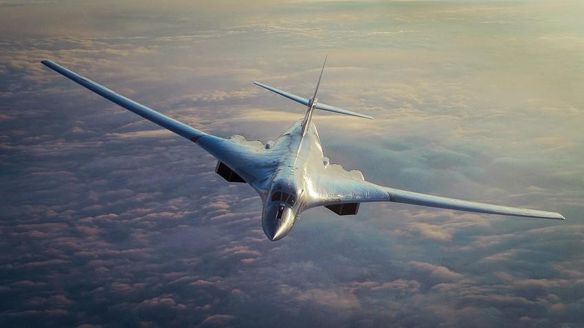 """Orožij iz tega prispevka trenutno še ni """"v naravi"""", pogojna osnova za bodoče letalo PAK DA pa je že obstoječi bombnik Tu-160, ki ga vidite na tej fotografiji."""