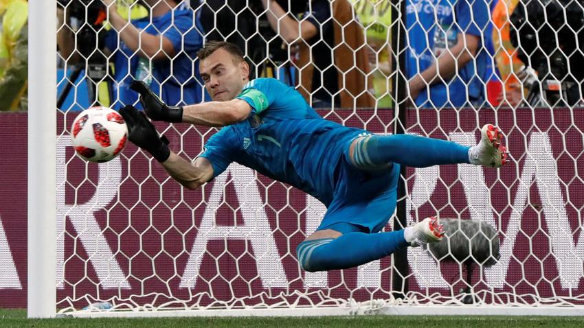 """Шпанија – Русија, стадион """"Лужники"""", Москва, Русија – 1 јули 2018. Рускиот голман Игор Акинфеев го брани пеналот што го изведе Шпанецот Коке."""