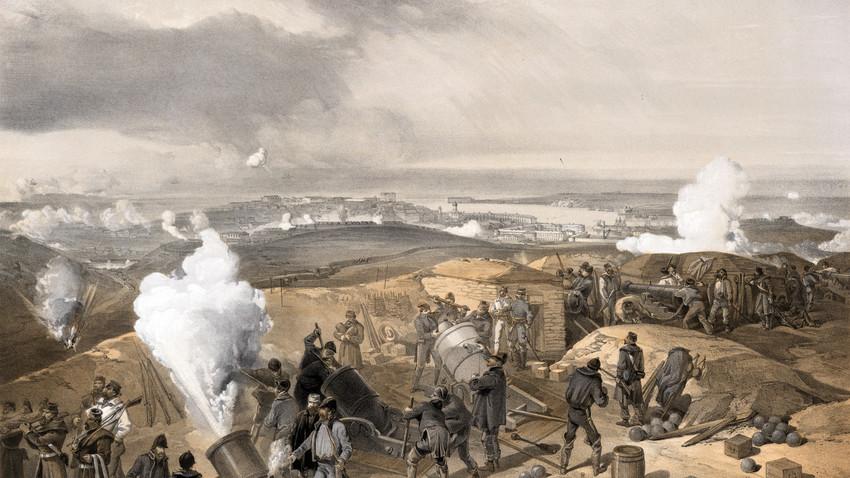 Britansko topništvo strelja na Sevastopol na Krimu, ki ga branijo vojaki Ruskega imperija. Iz knjige Ilustracije iz vojne na vzhodu (Illustrations of the War in the East, 1856).