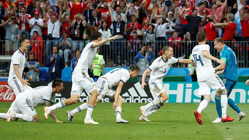 Para pemain Rusia merayakan kemenangan mereka setelah mengalahkan Spanyol selama adu penalti di Stadion Luzhniki, Moskow, Minggu (1/7).