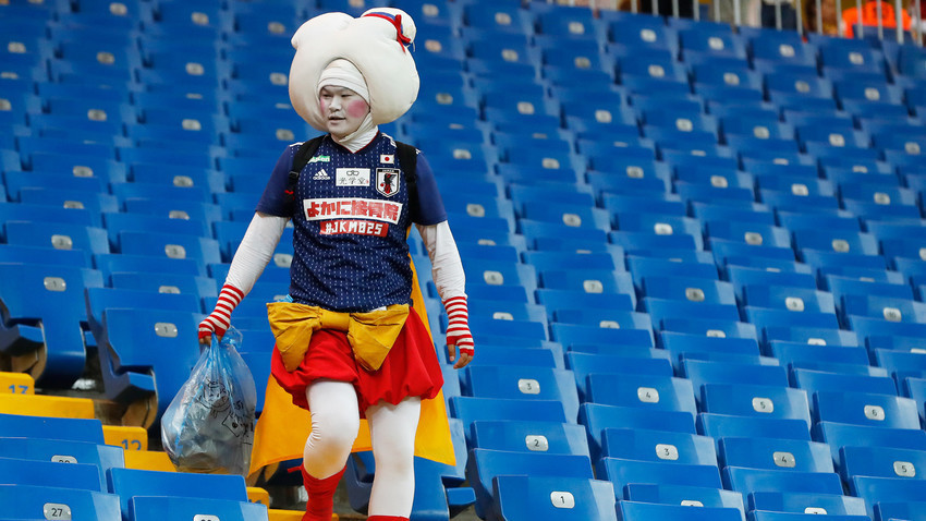 Навивачите повторно го собраа ѓубрето на трибините иако репрезентацијата на нивната земја испадна од турнирот.