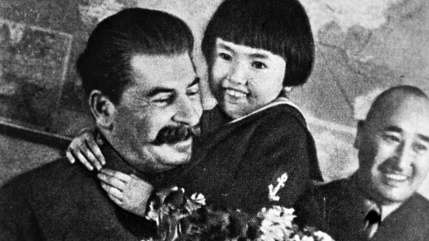 Ióssif Stálin com Gelia Markizova em seus braços (1936). Nos dois anos depois dessa foto, os pais da garota foram mortos a mando do próprio Stálin.