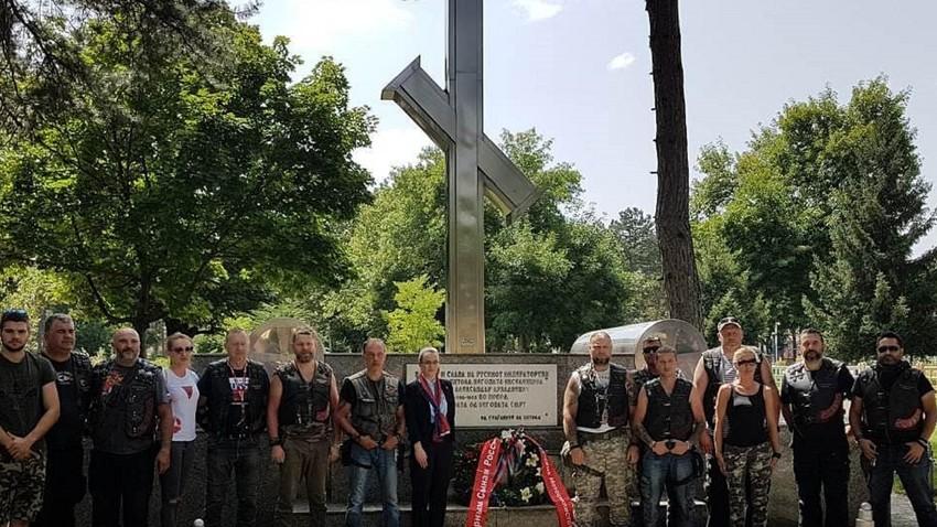 """""""Ноќните волци"""" во Битола пред Крстот посветен на првиот руски конзул во Битола Александар Ростковски."""