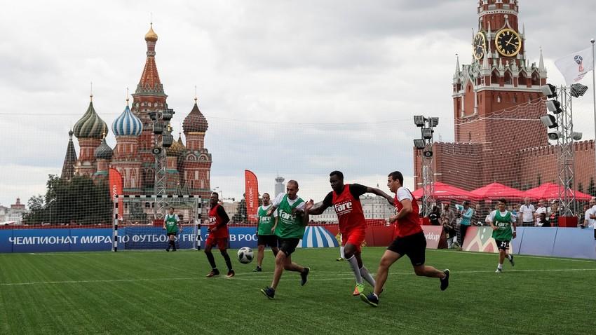 Prebežniki iz Sirije, Afganistana, Kameruna, Zimbabveja in Slonokoščene obale igrajo nogomet na Rdečem trgu