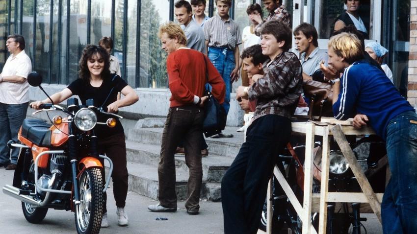 Moskovski »rokerji« pred prodajalno Jawa, 1987