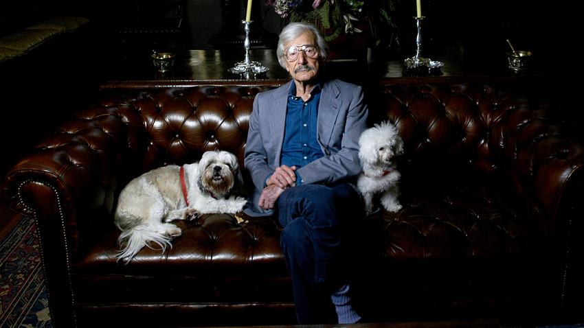 Oleg Cassini avec ses chiens à New York en 2005