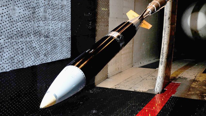"""Model B61-12 čeka testiranje u aerotunelu u centru za razvoj inženjerstva """"Arnold"""" u Tennesseeju."""