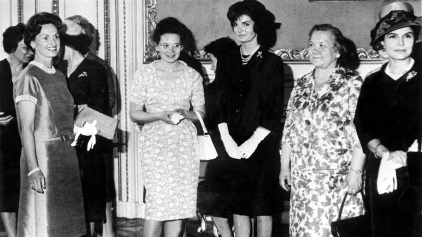 Martha Kyrle (fille du Docteur Scarf), Helena Khrouchtchev (fille de Mme Khroushtchev), Jackie Kennedy et Nina Khroushtchev (2e femme de Khroushtchev) le 5 juin 1961 lors d'une reception a ete offerte au Palais Pallavicini a Vienne en leur honneur pendant que leurs maris respectifs se rencontrent