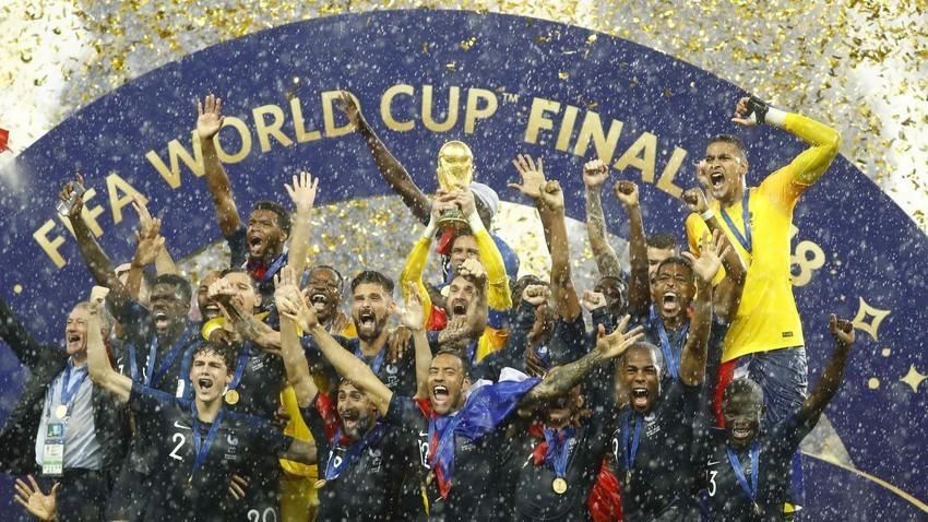 """Стадион """"Лужники"""", Москва, Русија. Пехарот на Светското фудбалско првенство 2018 во рацете на француската репрезентација."""