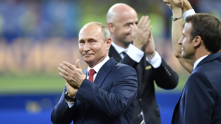 Presiden Rusia Vladimir Putin bertepuk tangan setelah pertandingan babak final Piala Dunia FIFA 2018™ antara Prancis dan Kroasia usai di Stadion Luzhniki, Moskow, Rusia, Minggu, (15/7).