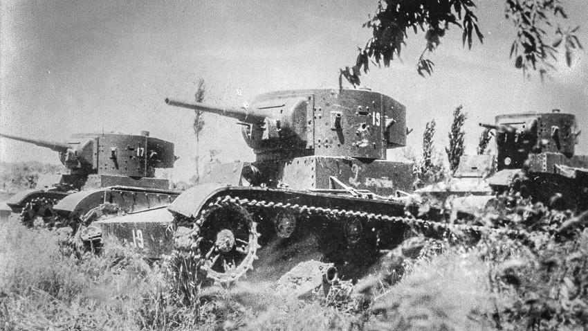 Três tanques T-26 leves feitos na União Soviética viajando por um campo durante batalhas na Guerra Civil Espanhola.