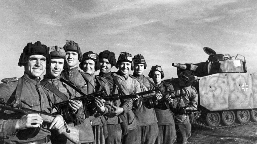 Izvidniški odred pod poveljstvom kapetana Zakrevskega (levo) med zajetjem delujočega nemškega tanka s pomembnimi dokumenti, Orjolsko-kurska smer, 2. julij 1943