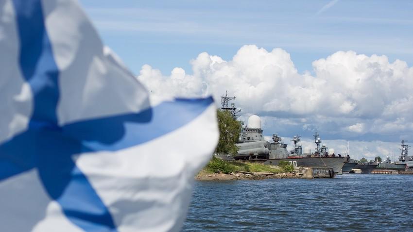 Знаме на Воената морнарица на брод во Калининград