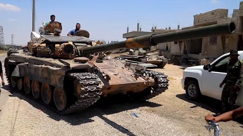 Osnovni bojni tank T-72S s fotovoltaično solarno ploščo, Sirija, julij 2018