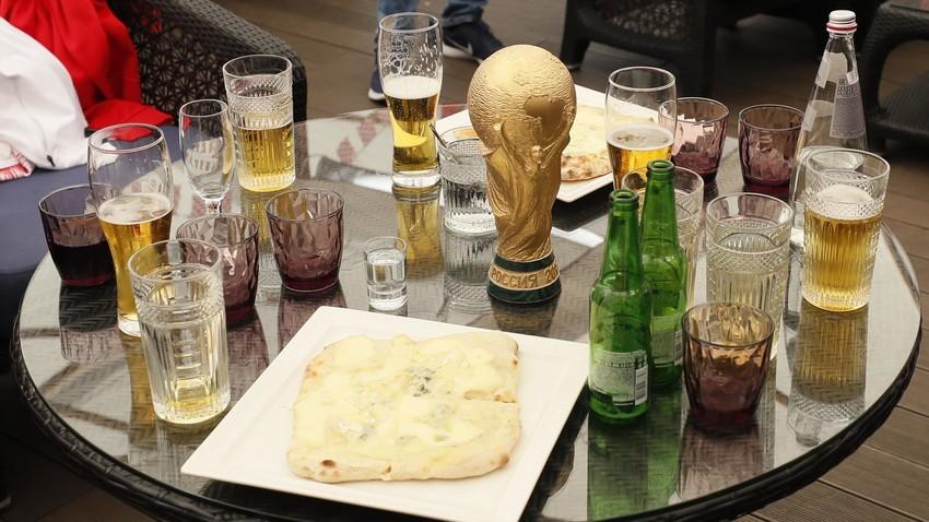 Replika trofi Piala Piala Dunia di antara gelas-gelas bir di sebuah restoran tempat para pendukung tim Kroasia berkumpul sebelum pertandingan di Moskow, 15 Juli 2018.