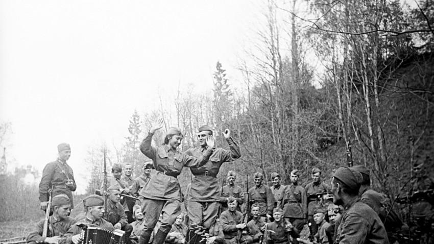 Забави в първа линия. Великата отечествена война. Снимката е направена на 15 май 1944 година