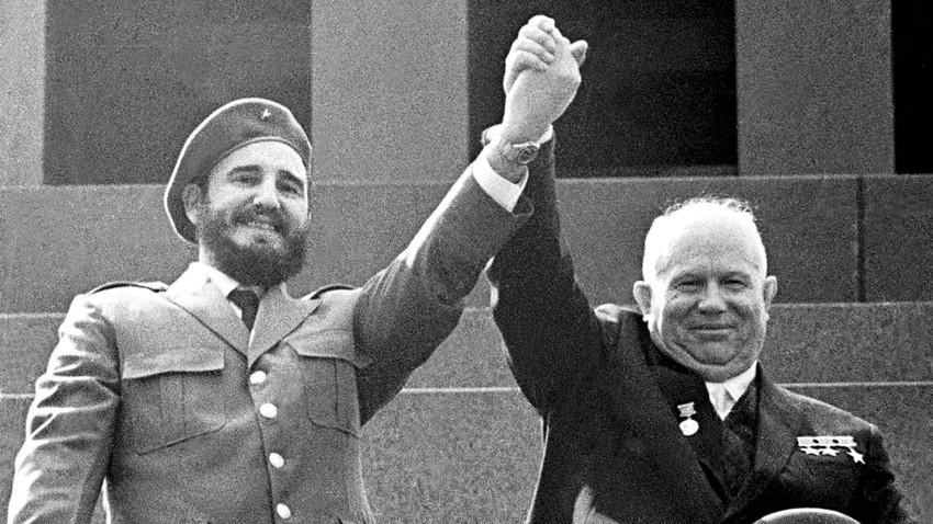 Fidel Castro dan Nikita Khrushchev.