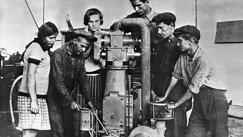 Млади машинци Харковске фабрике трактора на обуци 1932. године.
