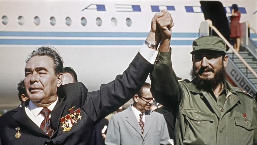 Leonid Brežnjev med obiskom na Kubi v družbi Fidela Castra, letališče Jose Marti
