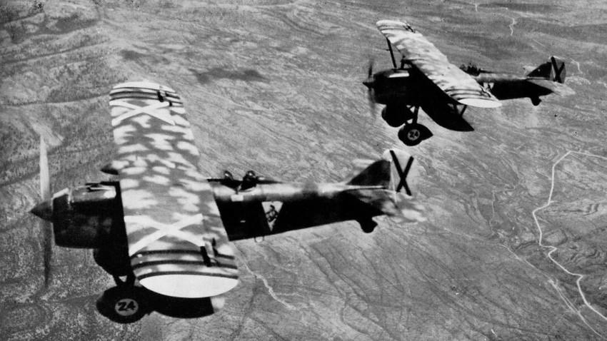 Dos Fiat C.R.32 'Cucaracha' del XVI Grupo sobre los cielos de España.